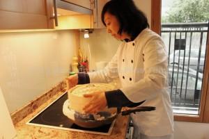 Margot Zhang dans sa cuisine