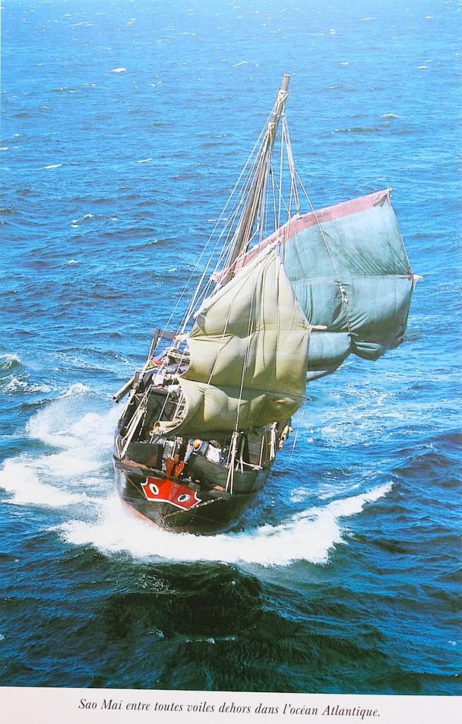"""Sao Mai en mer. Capture photo de Thomas Goisque dans le livre """"Pour les yeux d'une jonque"""" de Marielle Laheurte et Michaël Pitiot, éd. Glénat, 2002."""