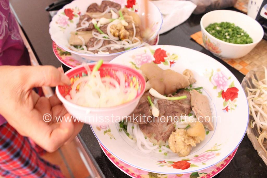 Préparation des bols de bun bo Huê au Vietnam. Photo : La Kitchenette de Miss Tâm