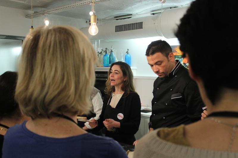 Emmanuelle traduisant le cours de cuisine du chef italien Maurizio Pinto du restaurant gênois Voltalacarta (lors du Concours du meilleur pesto de Paris, 12 avril 2014). Photo © Thierry Panchaud