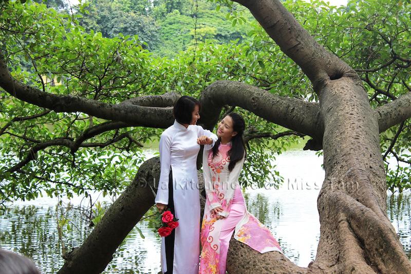 Deux belles Hanoïennes devant le lac Hoàn Kiêm, Hanoi. Toute la grâce et la délicatesse des femmes de Hanoi. Photo prise durant mon voyage à Hanoi.